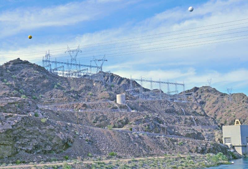 Linee di trasmissione dalle turbine alla griglia di potere fotografie stock