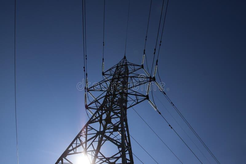 Linee elettriche ad alta tensione ad alba fotografia stock libera da diritti