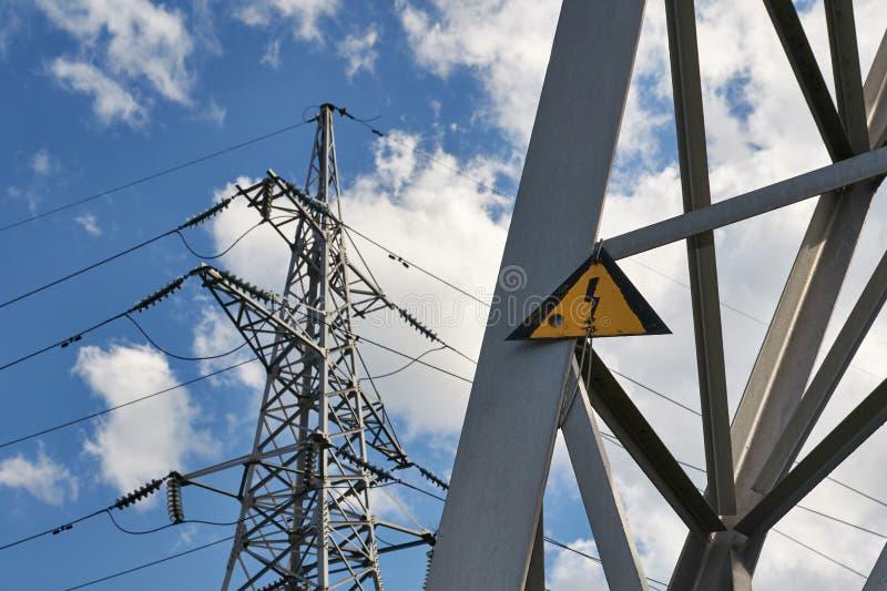 Linee elettriche ad alta tensione del segno fotografie stock libere da diritti