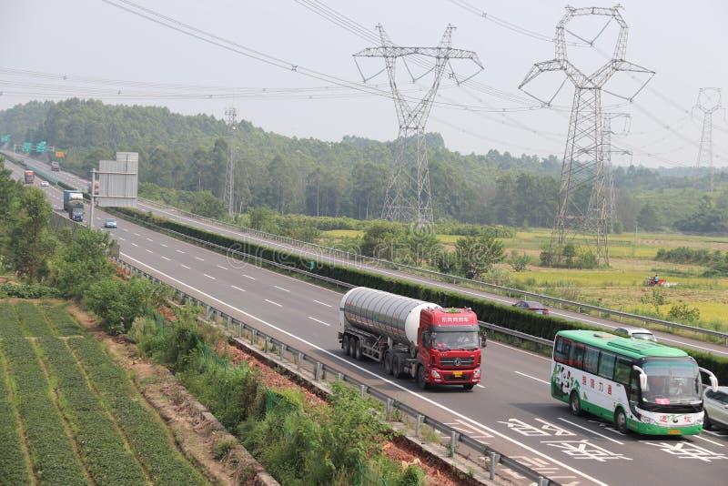 Linee elettriche ad alta tensione Farmland Highway Autostrade Autobus, paesaggi rurali immagine stock