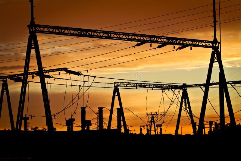 Linee elettriche al tramonto immagini stock
