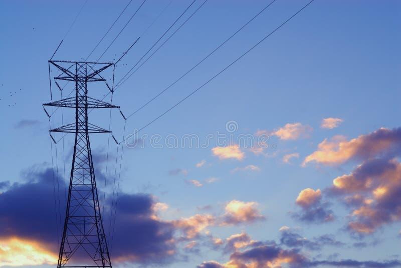 Linee elettriche e torretta fotografia stock