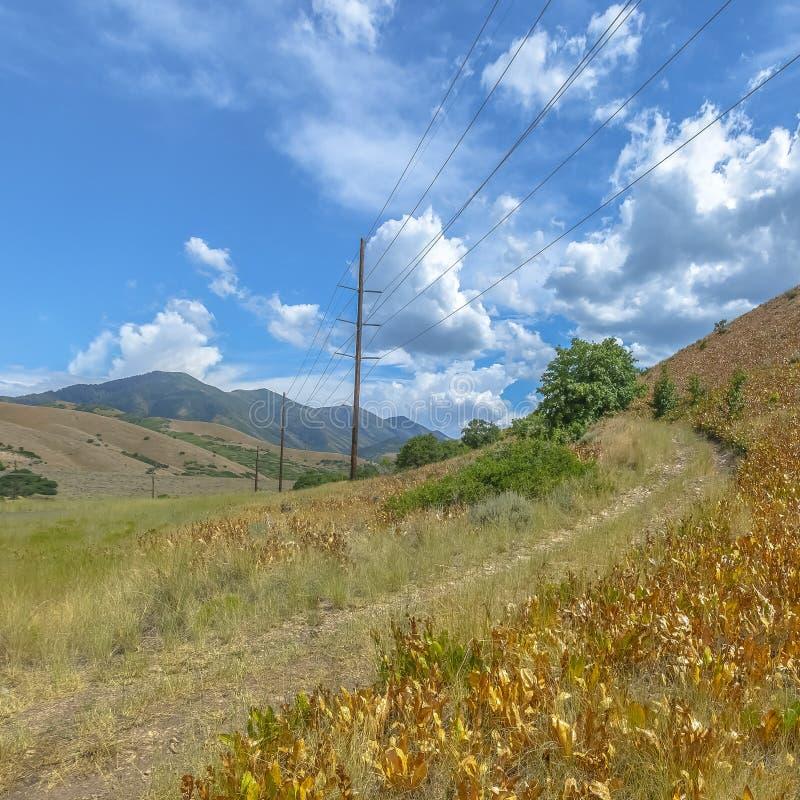 Linee elettriche e traccia di escursione su una collina in Tooele fotografia stock libera da diritti