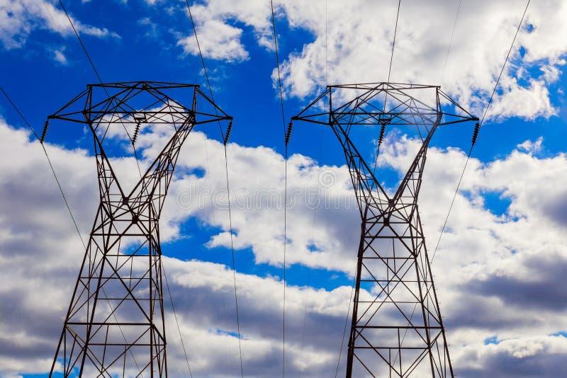 Linee elettriche sopraelevate in un cielo nuvoloso di inverno immagine stock