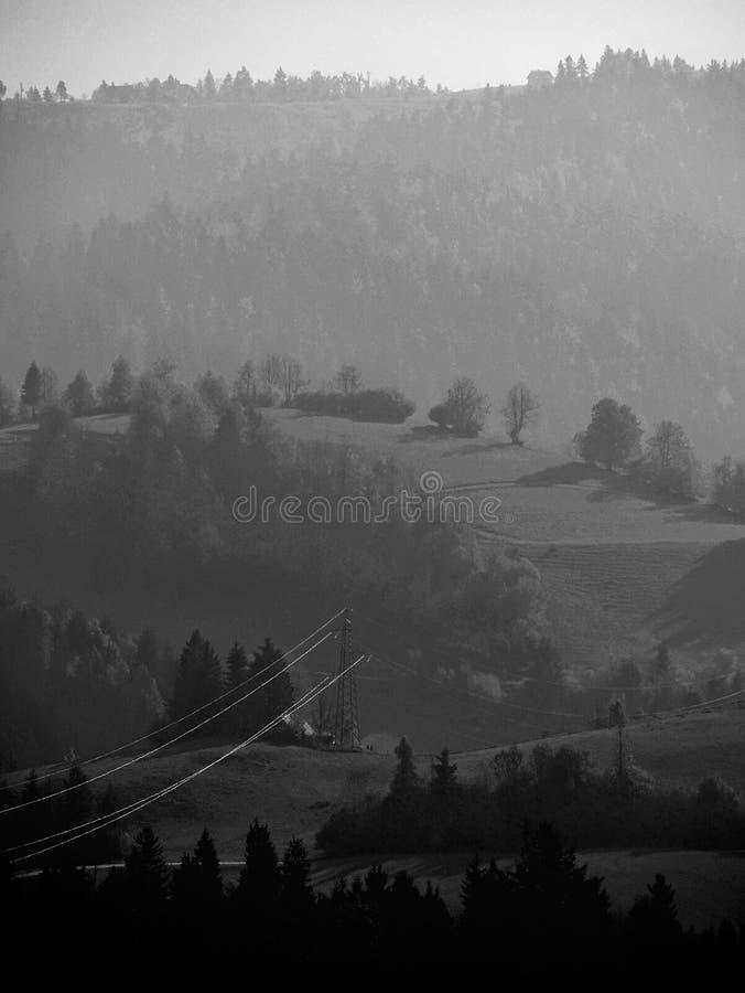 Linee elettriche sulla collina immagini stock