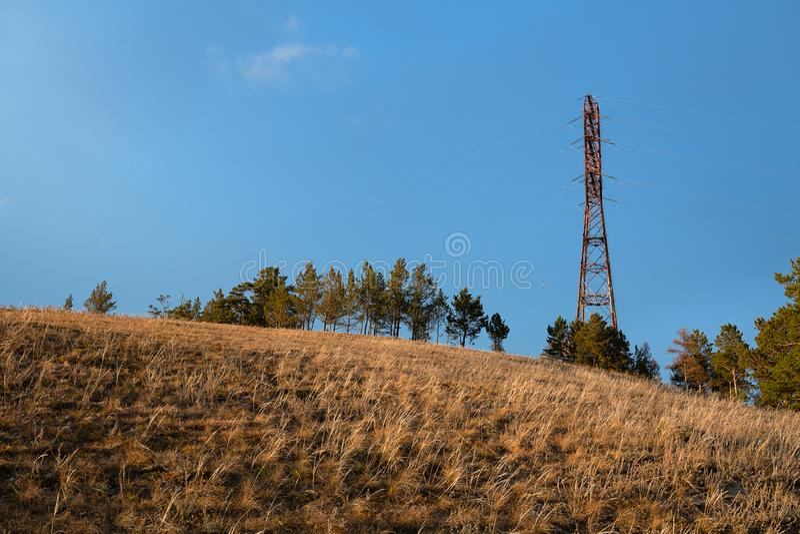 Linee elettriche sulla collina fotografie stock libere da diritti