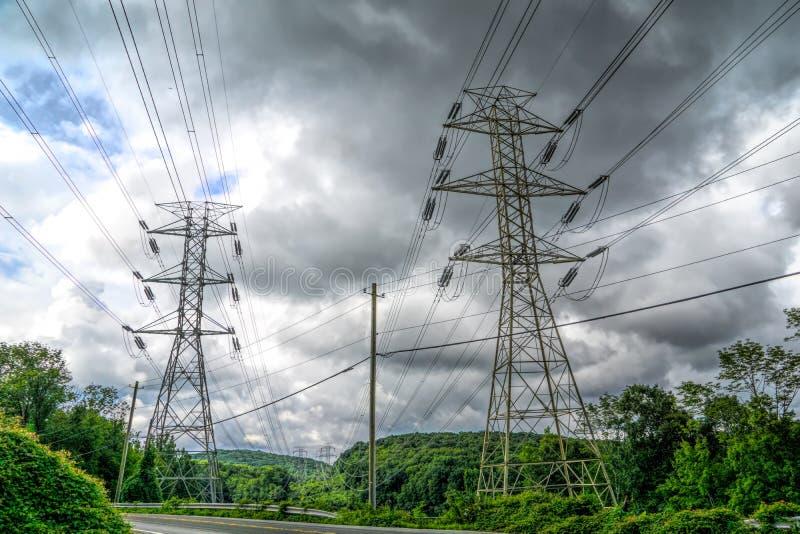 Linee elettriche in una zona rurale fotografia stock