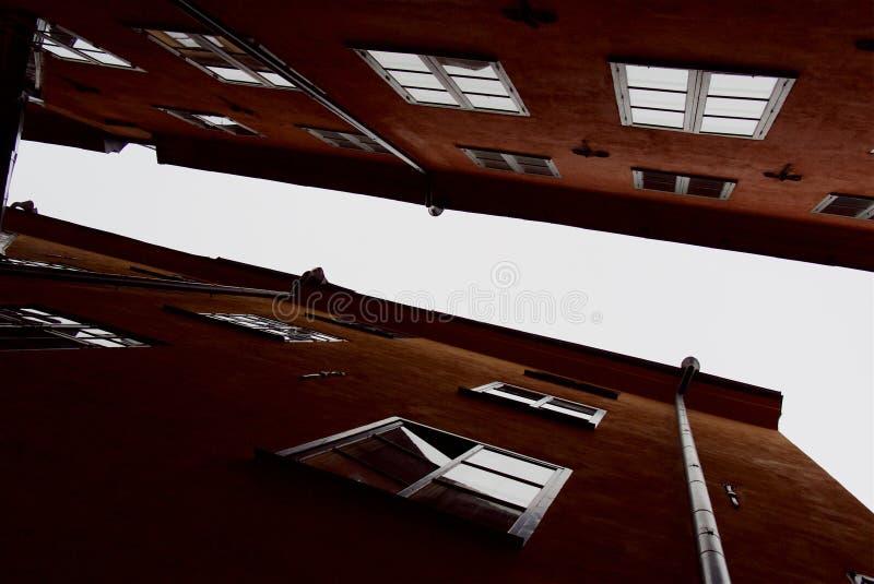 Linee geometriche di facciate e tetti di vecchie case della città fotografia stock