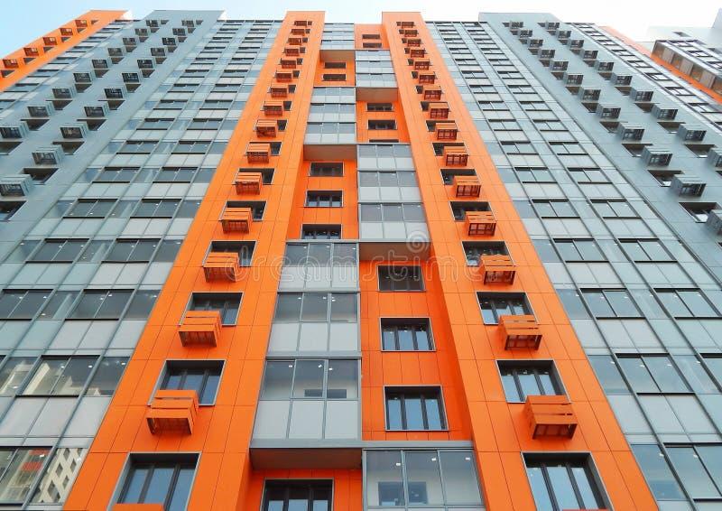Linee geometriche in una casa residenziale costruita giusta di palazzo multipiano a Mosca