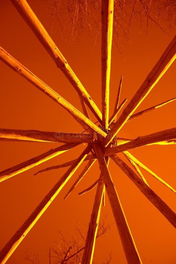 Linee gialle sull'estratto di rame del fondo geometrico fotografia stock