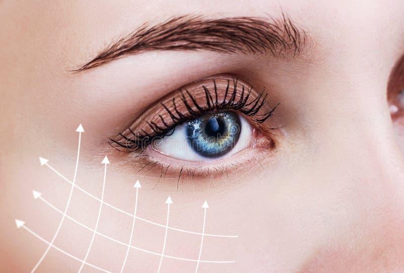 Linee grafiche che mostrano effetto di sollevamento facciale su pelle immagini stock libere da diritti