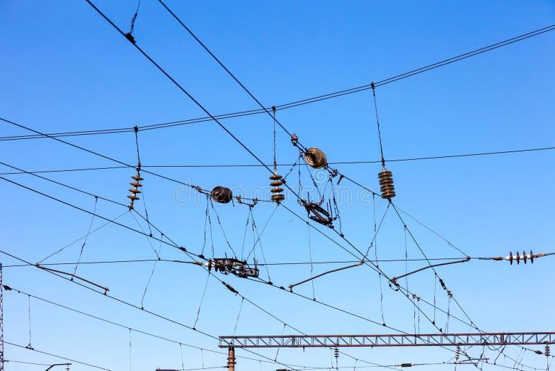 Linee sopraelevate della ferrovia contro chiaro cielo blu fotografia stock libera da diritti