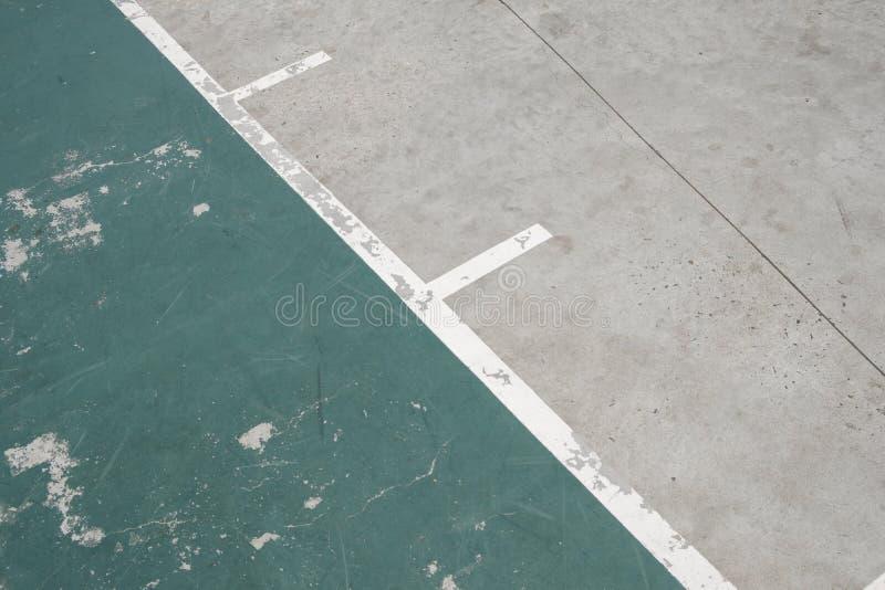 Linee sul campo di sport - vecchio dettaglio all'aperto del pavimento del campo da pallacanestro fotografie stock