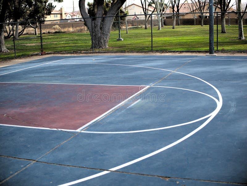 Linee vuote del campo da pallacanestro dipinte sulla terra del cemento fotografia stock