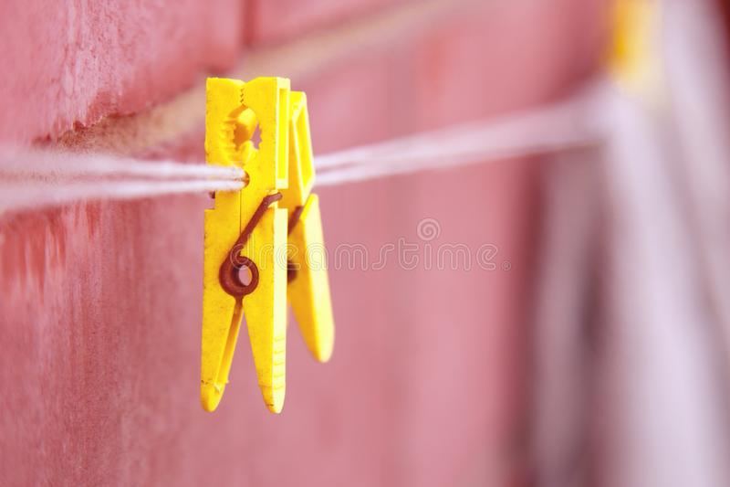 Linen зажимки для белья на веревочке стоковые изображения
