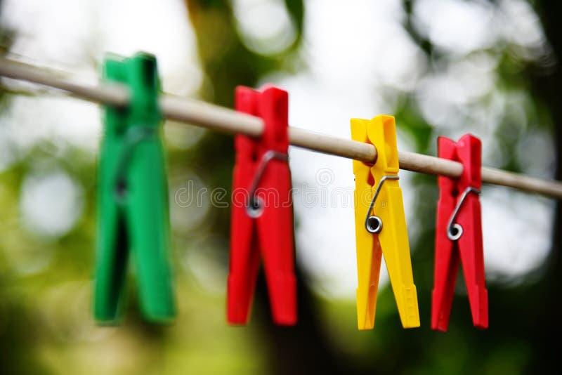 Linen веревочка и зажимки для белья стоковое изображение