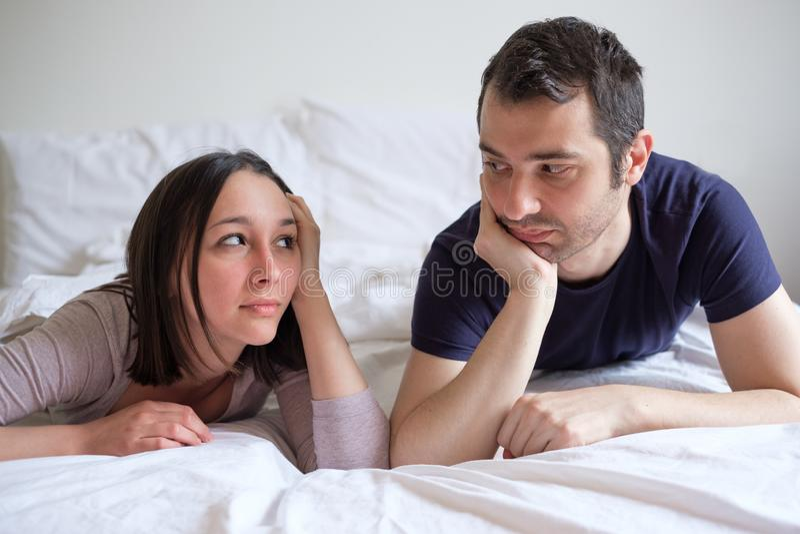 Ling de problème et de couples de lit de relations dans le lit photos libres de droits