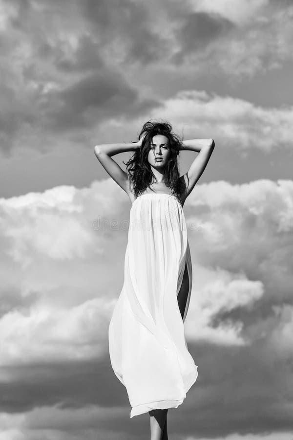 Lingerie Jolie fille au-dessus de ciel bleu photographie stock