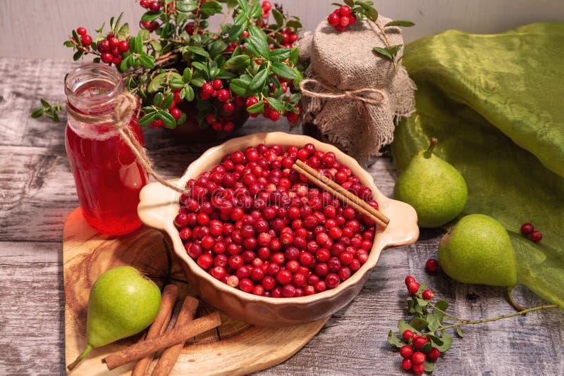 Lingonberries en lingonberry producten stock foto's