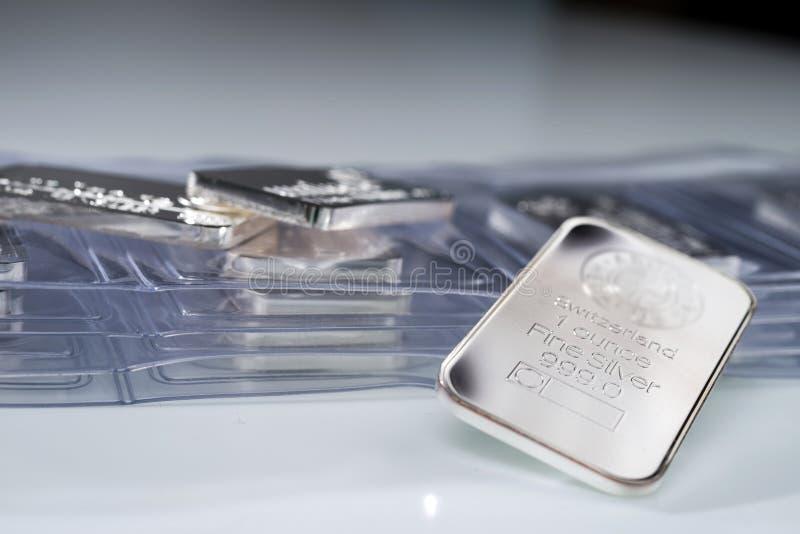Lingote de prata que pesa uma onça troy fotografia de stock