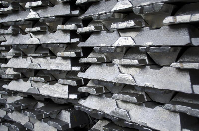 Lingotes de aluminio sin procesar imágenes de archivo libres de regalías