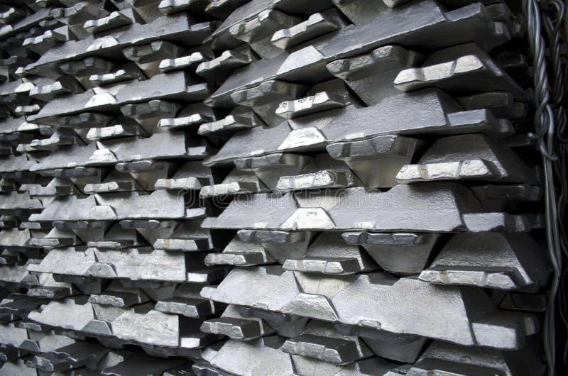 Lingotes de aluminio sin procesar fotografía de archivo