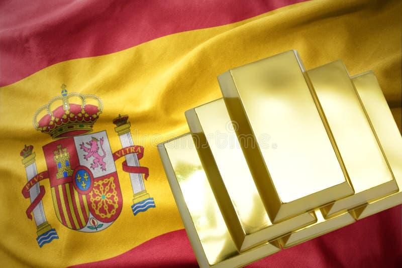 Lingotes de oro brillantes en la bandera de España ilustración del vector