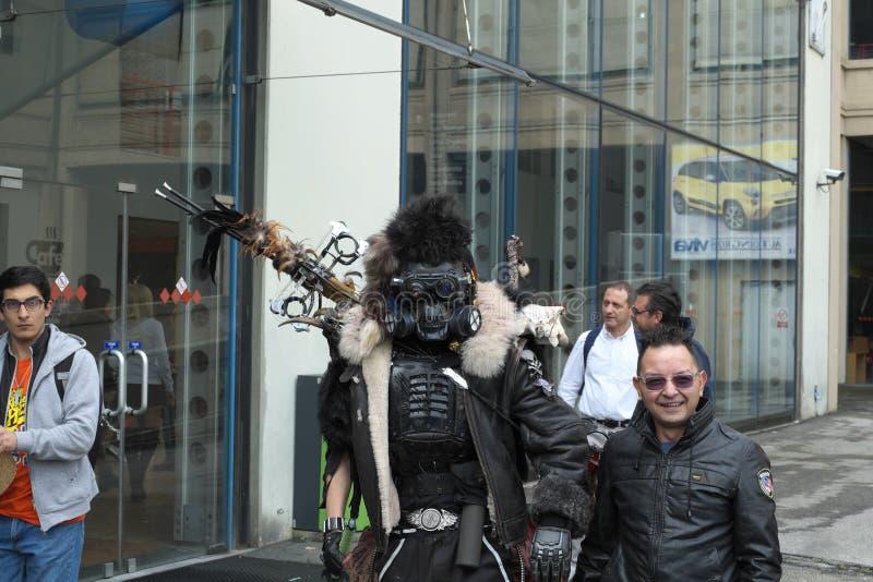 04-18-2015 Lingotto Fiere en tebeos de Turín, Italia, Torino, cosplayer apocalíptico del guerrero del poste imagen de archivo libre de regalías