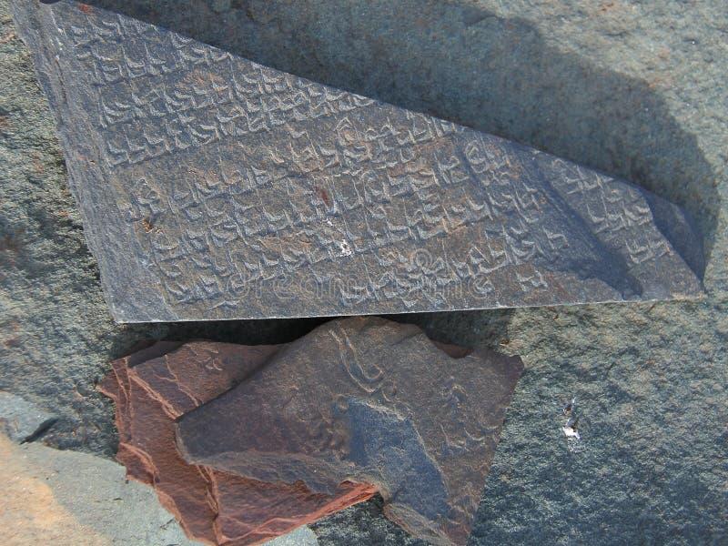 Lingua tibetana scolpita sulla pietra di Marnyi immagini stock libere da diritti