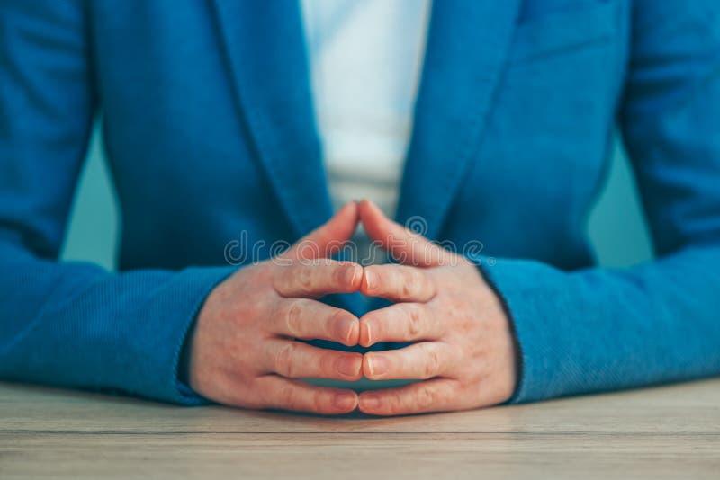 Linguagem corporal da mulher de negócios para a confiança e o amor-próprio imagem de stock royalty free