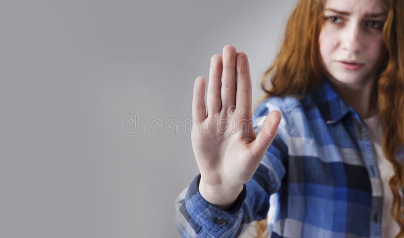 Linguaggio del corpo di gesto del segno della mano di arresto di rappresentazione della ragazza, gesti, ps immagine stock