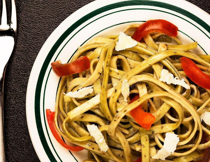 Linguine на малой плите с оливковым маслом стоковое фото