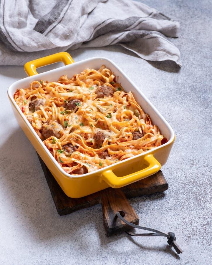 Linguine bakade med köttbullar, tomatsås och ost fotografering för bildbyråer