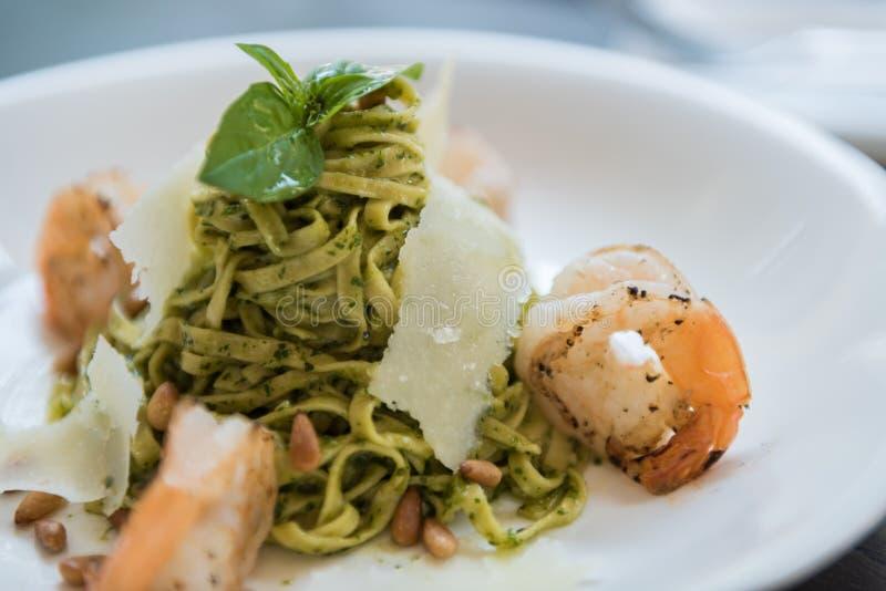 Linguine in Chunky Pesto & gamberetti arrostiti in pinoli tostati fotografie stock libere da diritti
