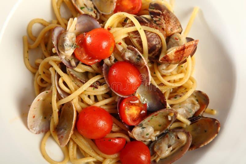 Linguine com moluscos e tomates foto de stock