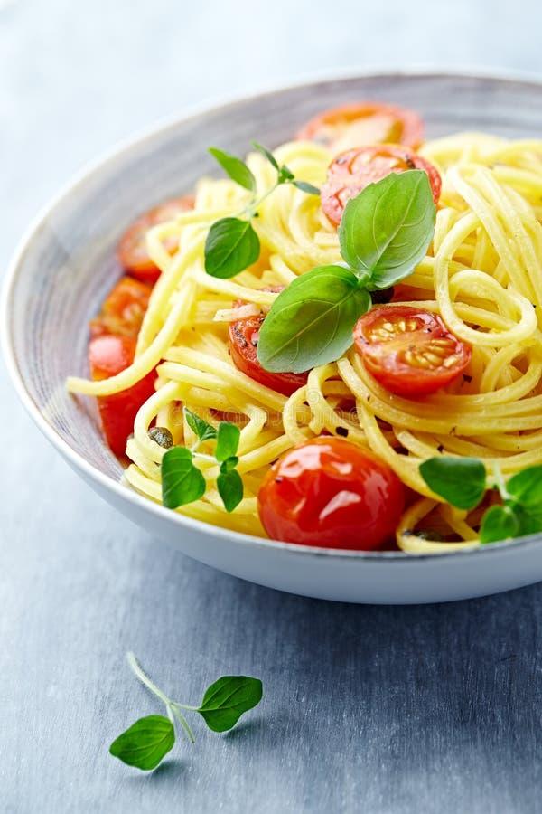 Linguine com tomates e ervas de cereja foto de stock royalty free