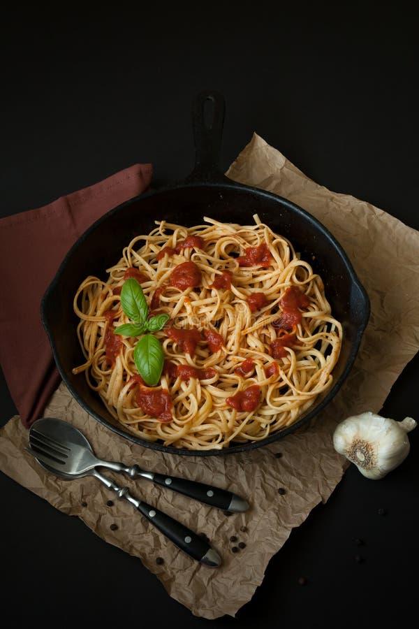 Linguine con albahaca y salsa roja en cacerola del arrabio  imagen de archivo libre de regalías
