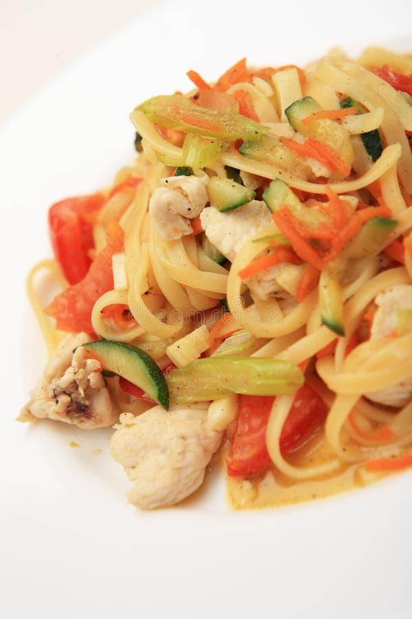 Linguine con la pechuga de pollo y las verduras en la placa blanca foto de archivo libre de regalías