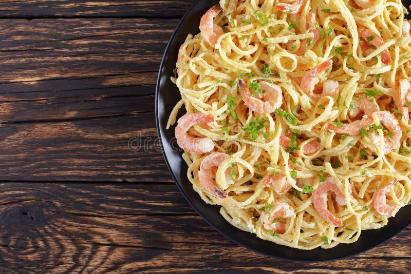 Linguine cremoso delicioso dos camarões do Parmesão do close-up imagens de stock
