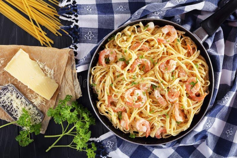 Linguine cremoso saboroso do Parmesão com camarões imagem de stock royalty free