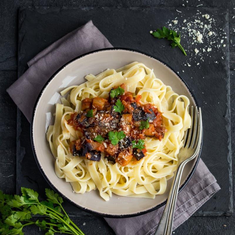 Linguine della pasta con melanzana fotografia stock