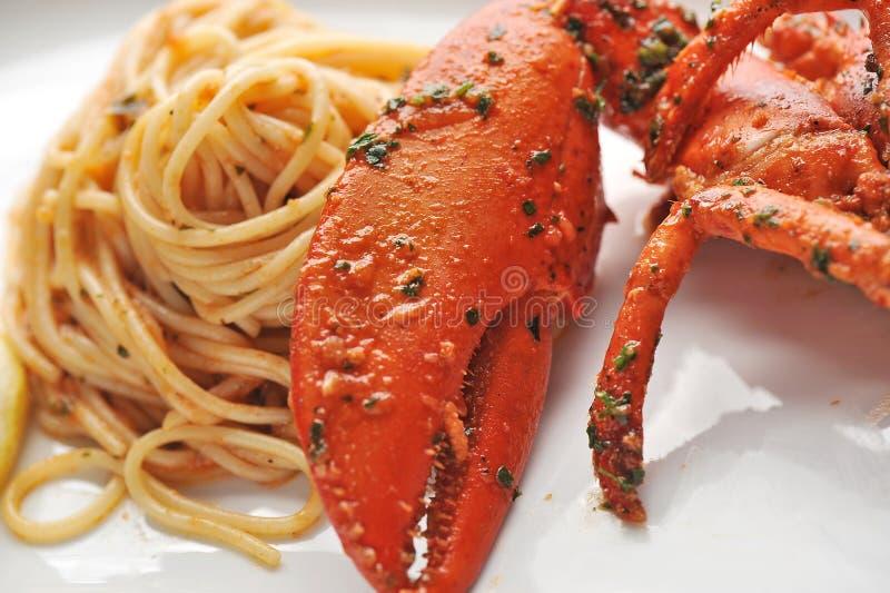 Linguine della pasta dei frutti di mare con l'aragosta fresca fotografie stock libere da diritti