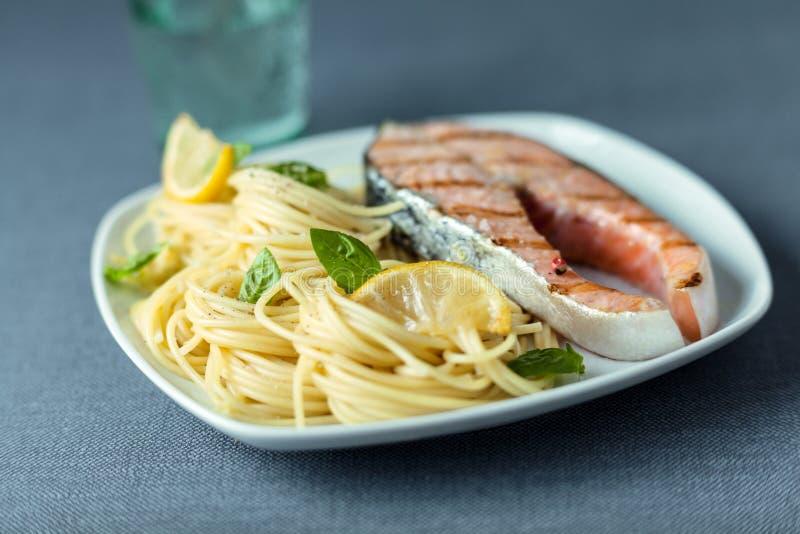 Linguine italiano com um bife salmon grelhado imagens de stock royalty free