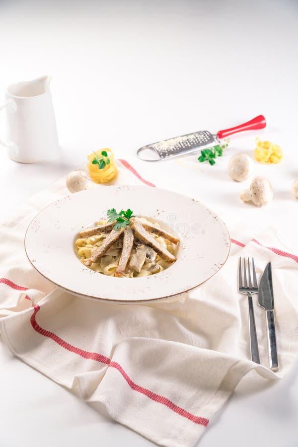 Linguine makaron z Piec na grillu kurczakiem obrazy stock