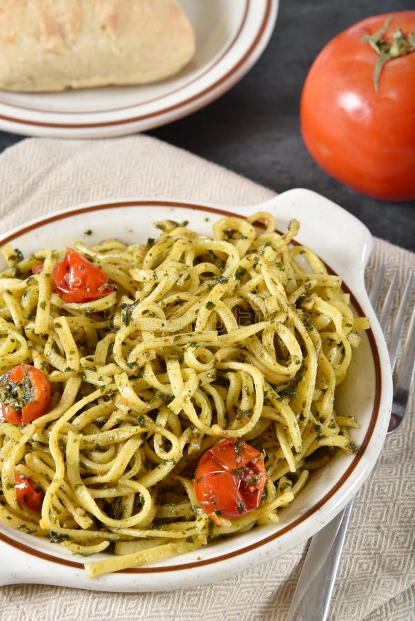 Linguine med pesto och tomater royaltyfri bild
