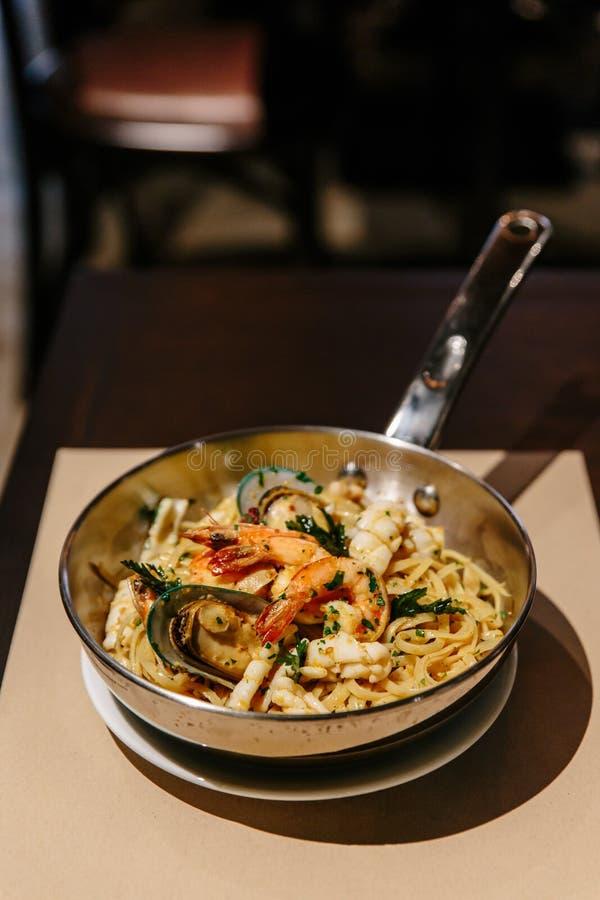 Linguine-Meeresfrüchte: Linguine mit Garnelen, Kalmaren, den Miesmuscheln gekocht in Olive Oil, den Paprikas und Knoblauch stockfoto
