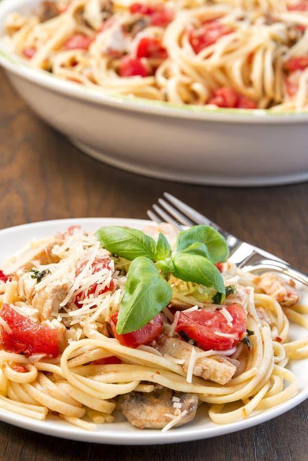 Linguine z kurczakiem, basilem i pomidorami, obraz stock