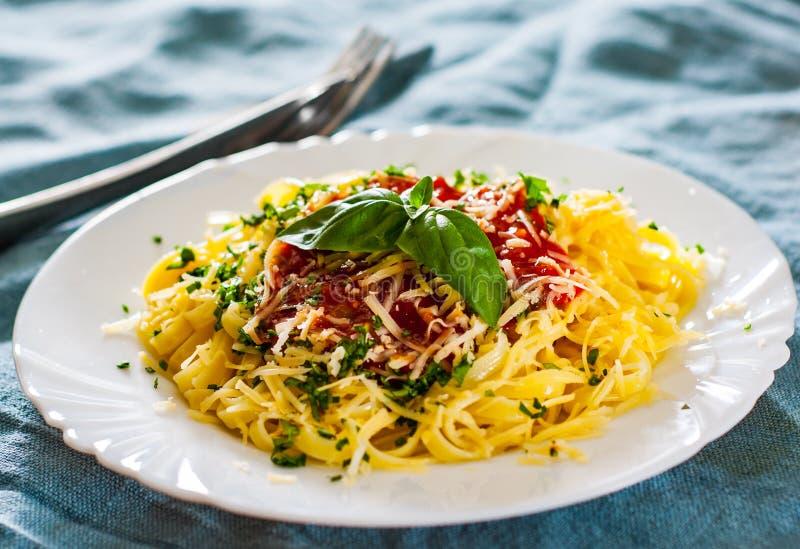 Linguinedeegwaren met verse tomatensaus, geraspt kaas en basilicum stock fotografie