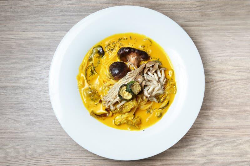 Linguini biały grzyb, dzika pieczarka i bania kumberland, obraz stock