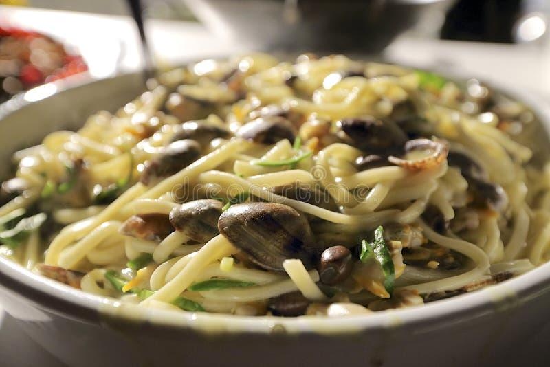 Linguini e molluschi con le verdure fotografie stock libere da diritti